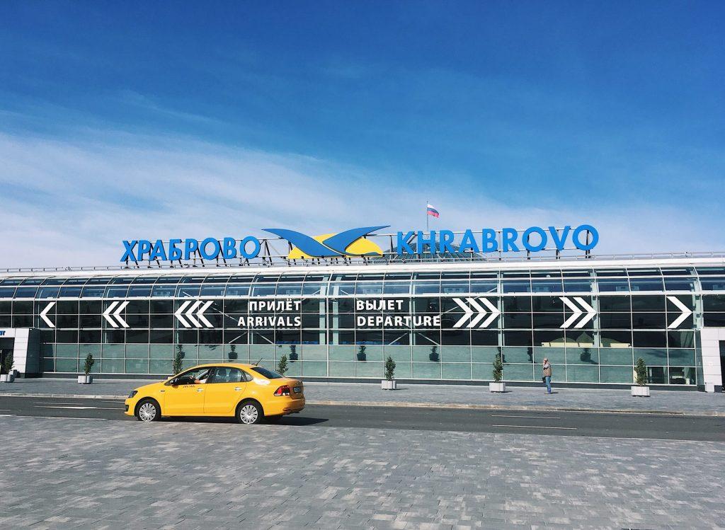 Зона высадки пассажиров перед аэропортом Калининграда