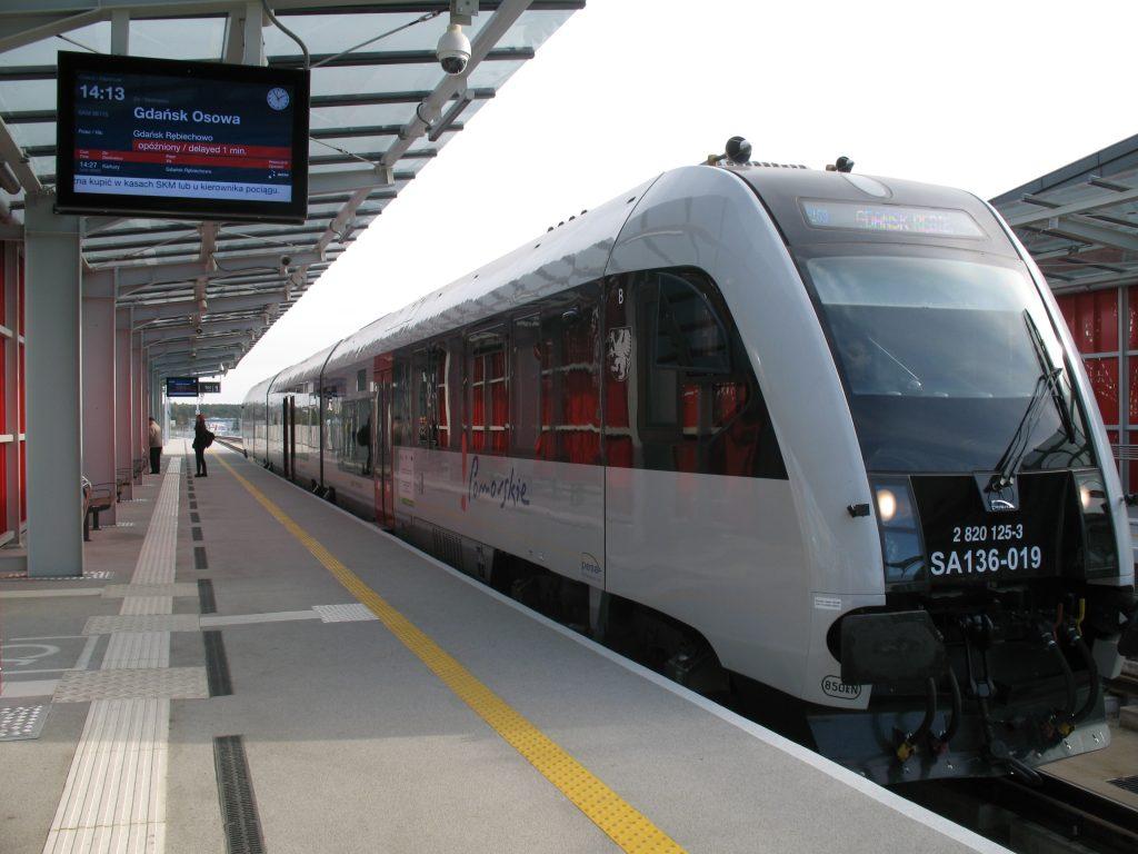 Остановка поезда в аэропорту Леха Валенсы